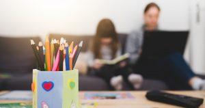 Reunimos 5 dicas que o vão ajudar a conciliar o teletrabalho e o ensino à distância, contribuindo para que os dias se tornem mais leves.