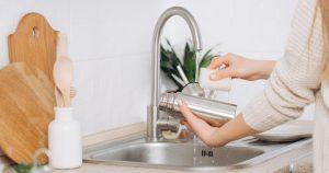Saiba como lavar garrafas reutilizáveis e evitar riscos